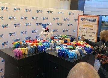 Op PHPBenelux 2020 staat een tafel vol PHP olifanten in alle kleuren van de regenboog